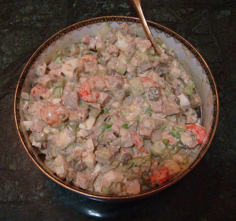 Салат оливье, приготовленный по оригинальному рецепту Люсьена Оливье