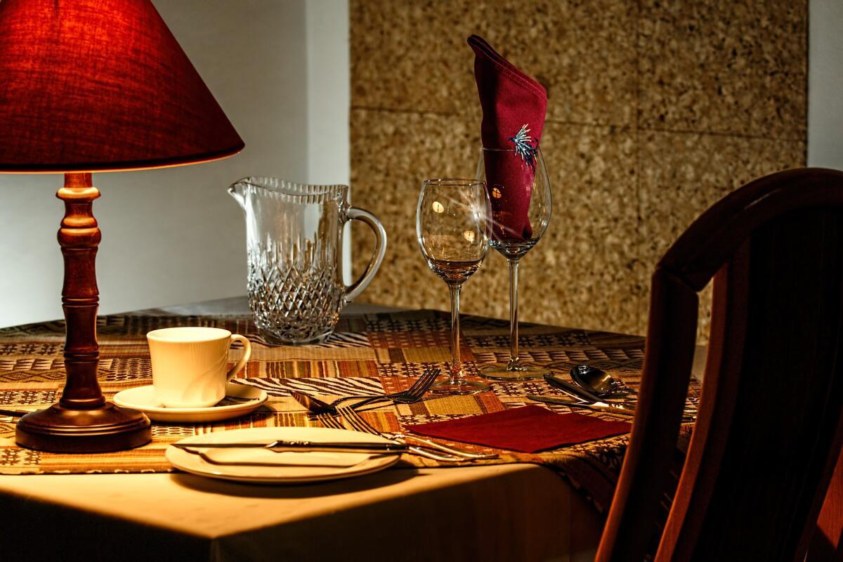 Сервировка, красивая посуда и столовые приборы задействуют осязание