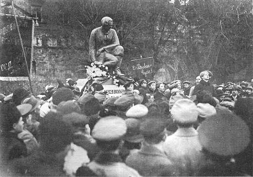 Есенин читает стихи на открытии памятника А. В. Кольцову, 3 ноября 1918 г. Кадр кинохроники