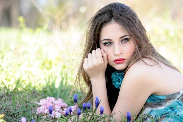 Задумчивость на ее личике объясняется мыслями о том, как  порвать отношения с тобой