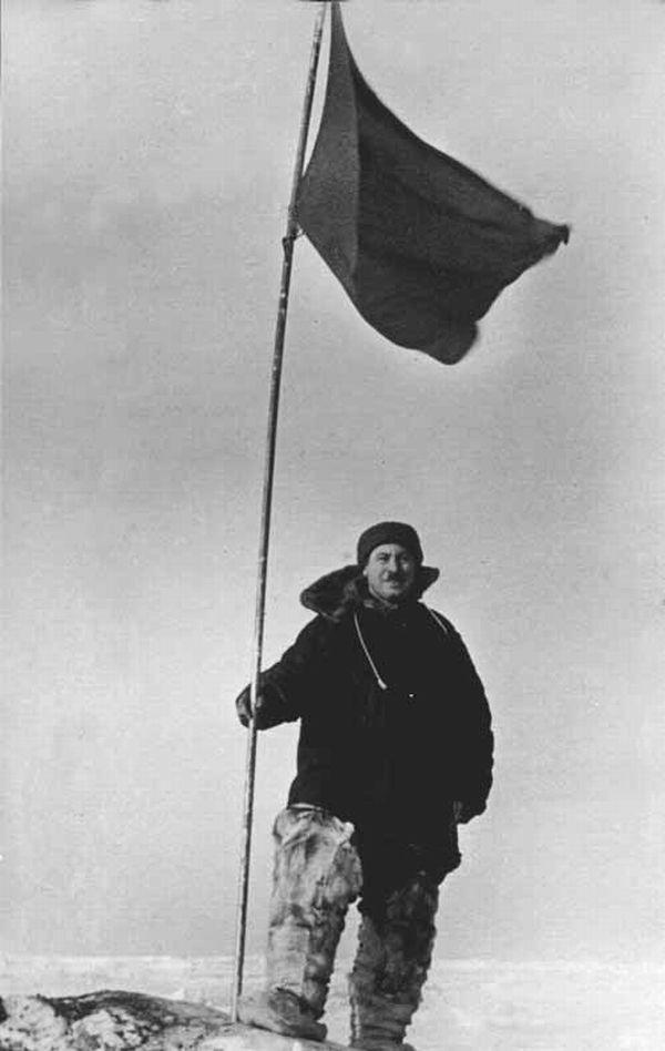 Советский полярник Иван Папанин в унтах на дрейфующей станции «Северный полюс-1»