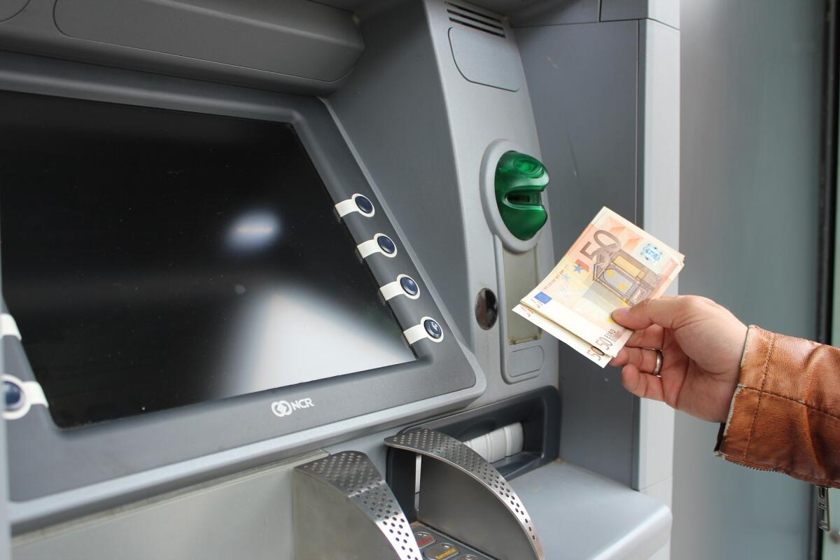 Производите операции в банках, а не в обменных пунктах