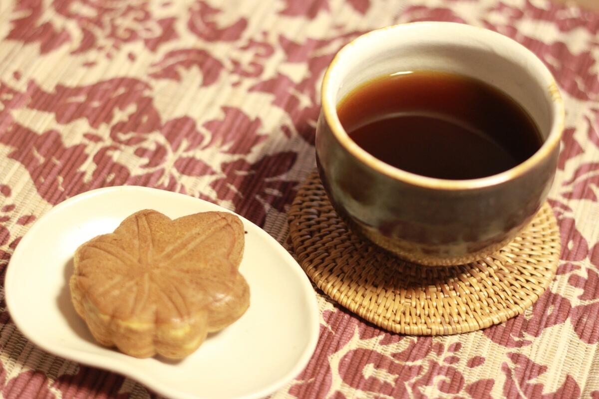 Горячий чай с печеньками особенно хорош осенью