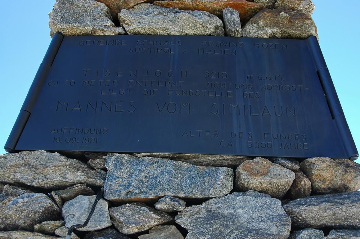 Памятная доска на памятнике