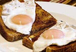 Что «все знают» о правильном питании? Экскурс в народную диетологию: «Завтрак съешь сам...»