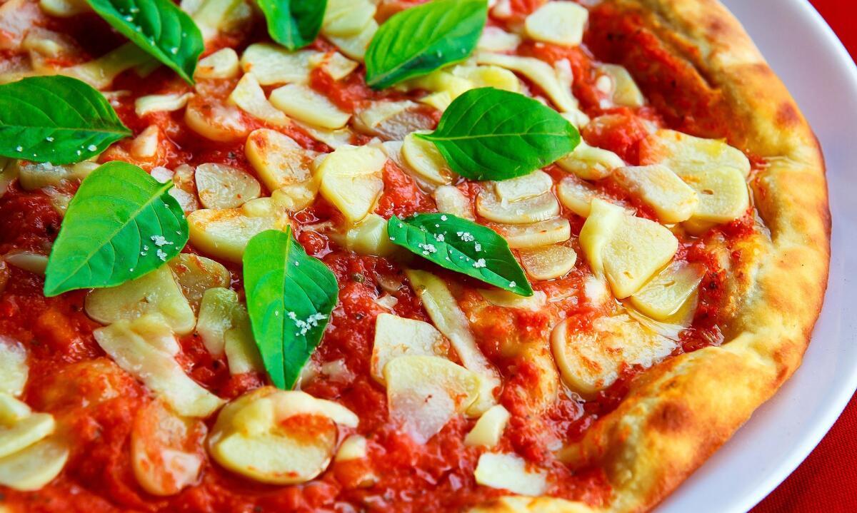 Самый простой вариант — использовать для приготовления пиццы готовую основу, которую продают в магазине