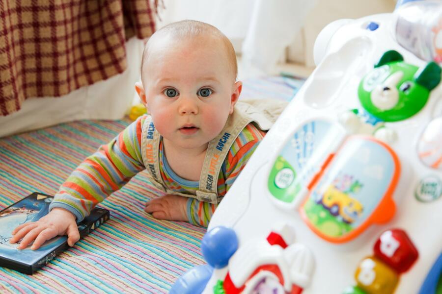 Развивать детей сегодня начинают прямо с пеленок