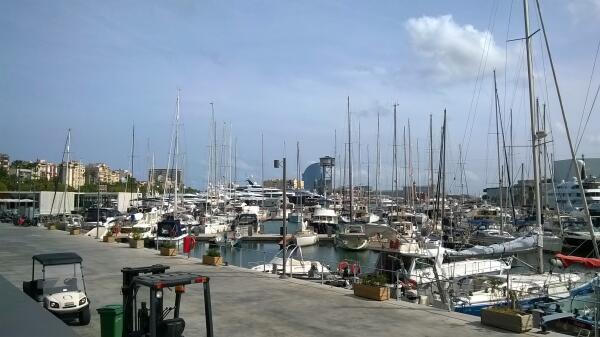В порту много дорогих яхт, но в городе мало дорогих машин