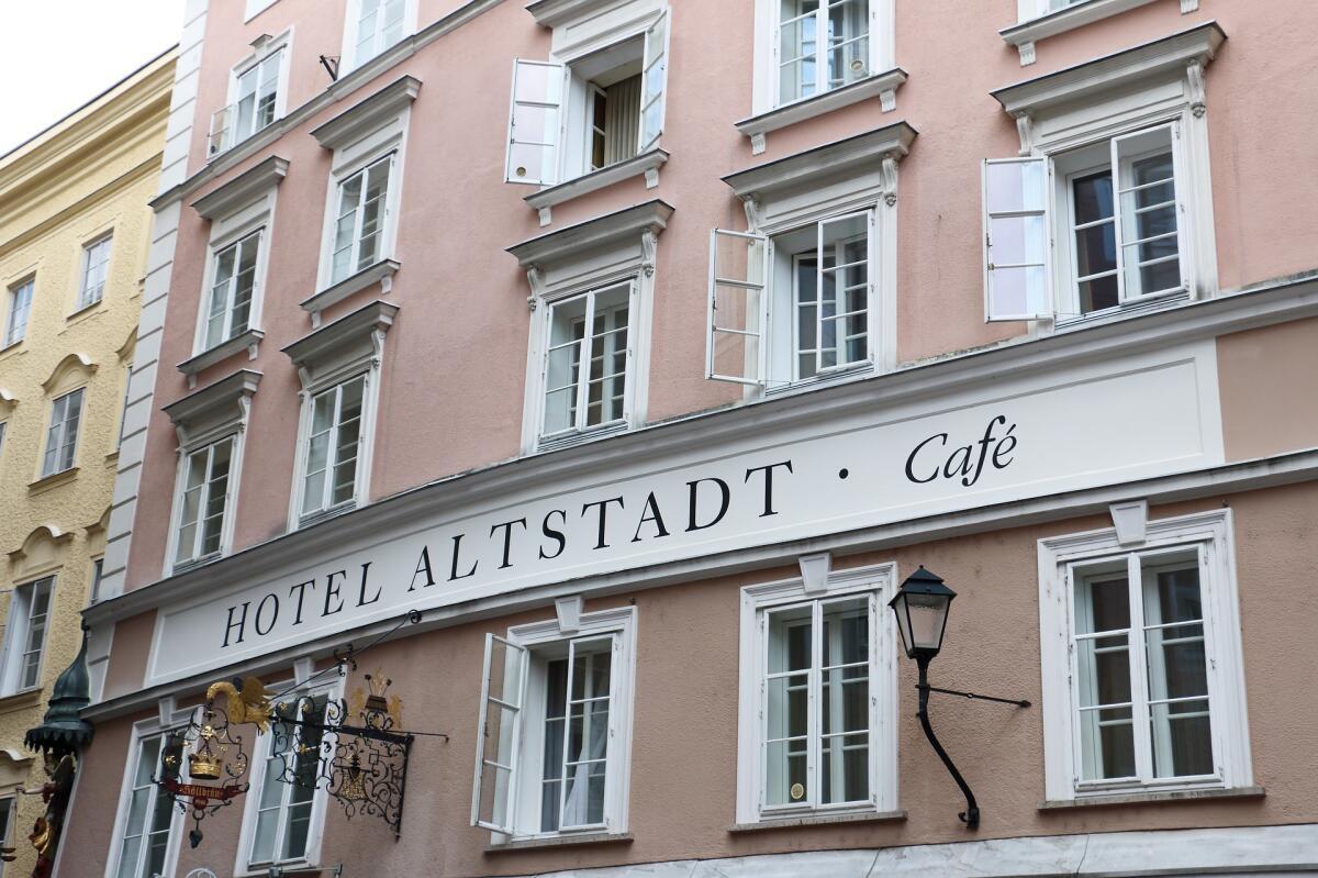 Для бронирования отелей также есть специальные сервисы