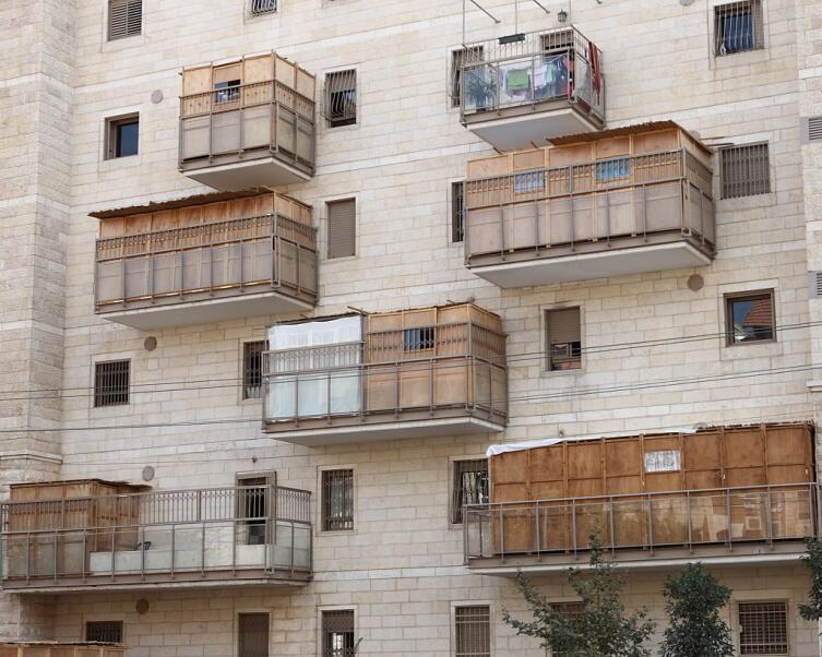 Балконы в многоэтажных домах в дни праздника Суккот
