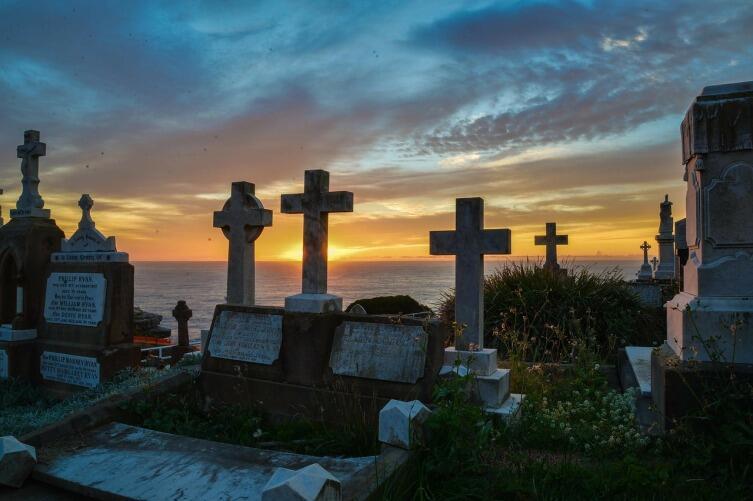 Земля берется с кладбища и подсыпается для скорой смерти того, кому подсыпают