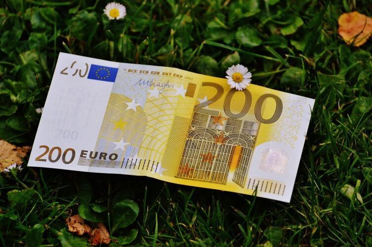 уеверные люди никогда не поднимают найденные на улице деньги