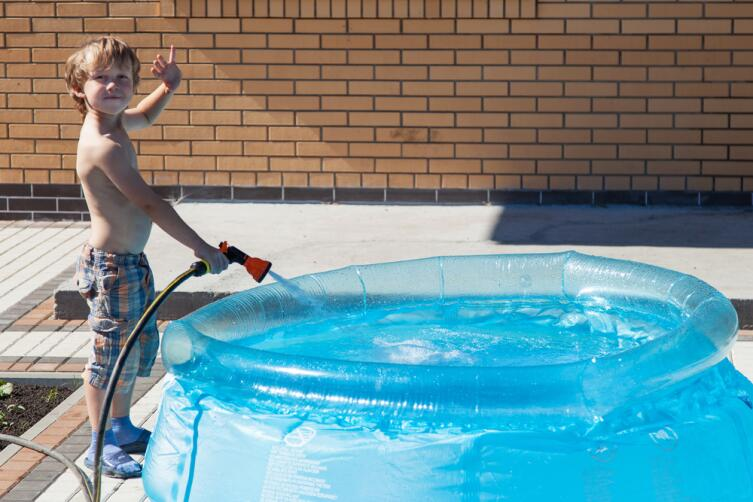 Насос пригодится и для набора воды, и для накачивания бассейна
