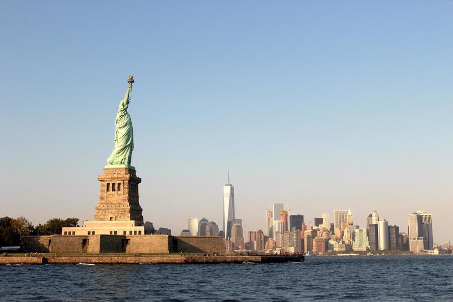 Многих эмигрантов на пути в США встречает статуя Свободы