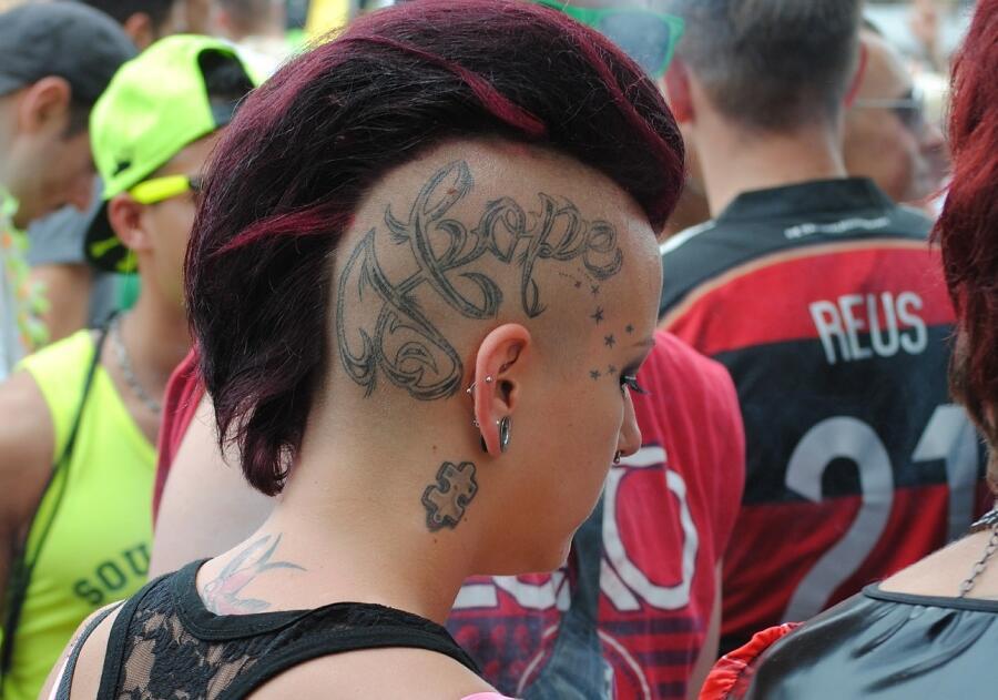Татуировка на голове - это модно?
