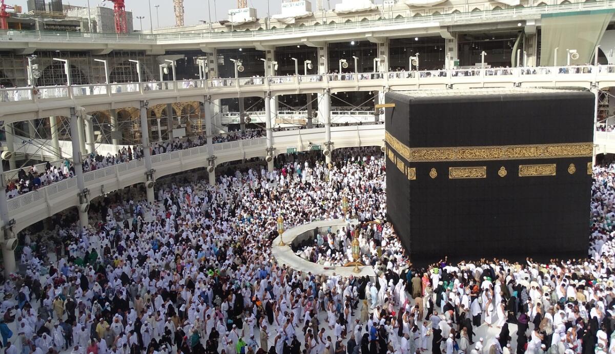Кааба— мусульманская святыня в виде кубической постройки во внутреннем дворе мечети Масджид аль-Харам (Заповедная Мечеть) в Мекке