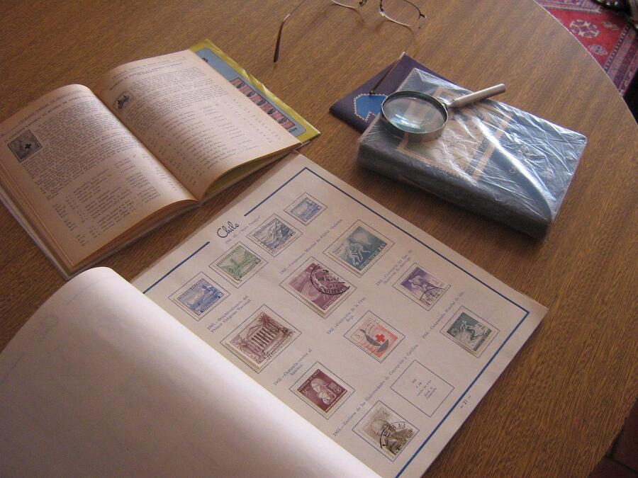 Атрибуты филателиста — альбом для марок, каталоги почтовых марок и лупа