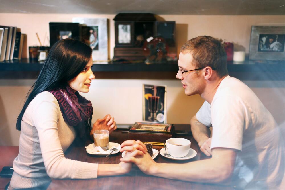 Если мужчина хочет женщину, он начинает с ней дружить. Почему?