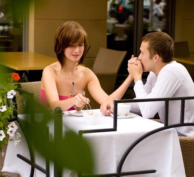 Картинки по запросу мужчина кормит девушку