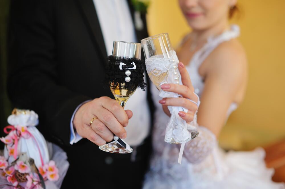 Свадебные бокалы шампанского жених и невеста