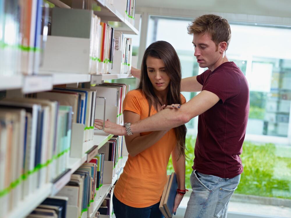 Студентка в стрингах дает парню