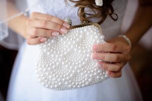 Что положить в сумочку невесте в день свадьбы?