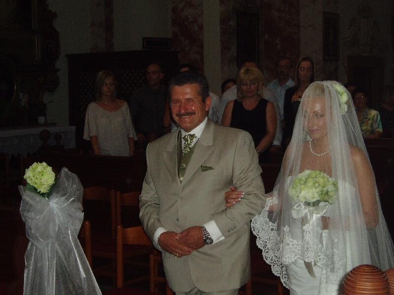 До самого алтаря невесту провожает отец