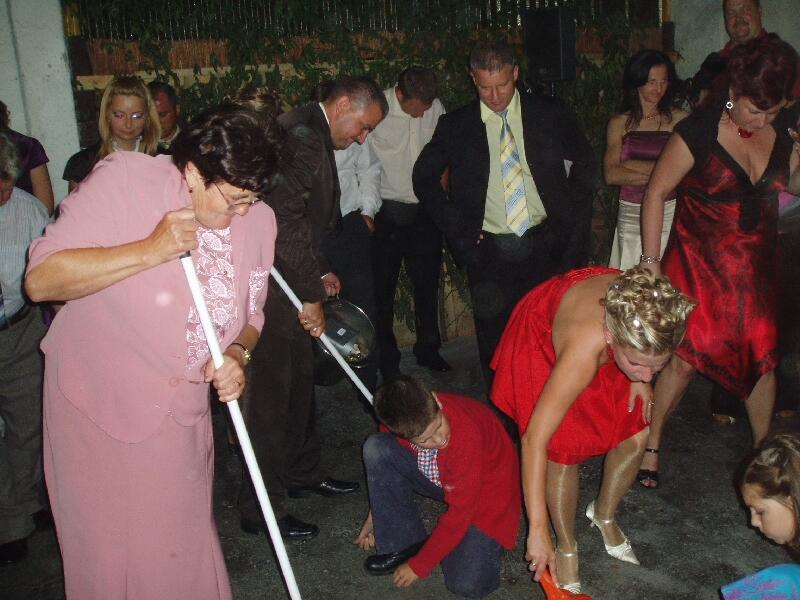 Свадебные гуляния. Ритуал собирания монет