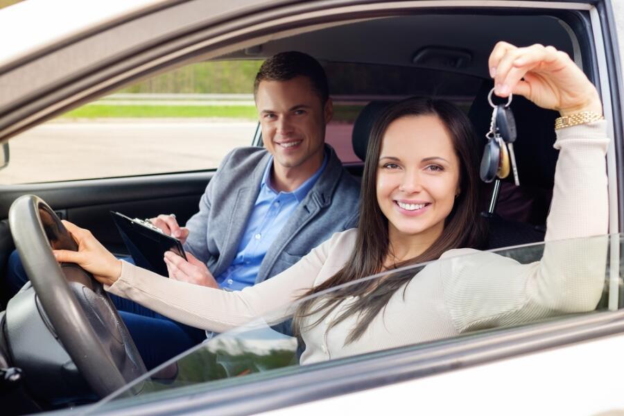 Как женщине начать водить автомобиль? Десять полезных советов