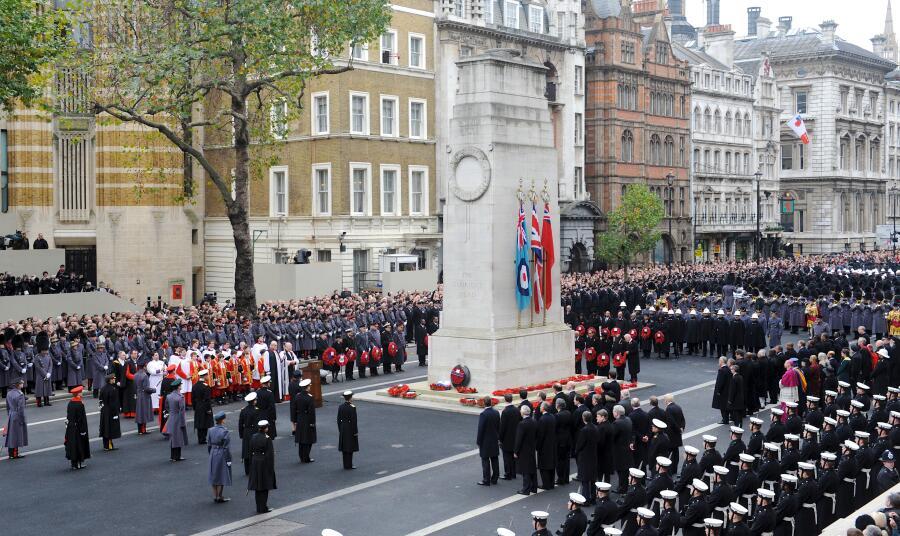 Церемония Дня поминовения у кенотафа на Уайтхолле в Лондоне
