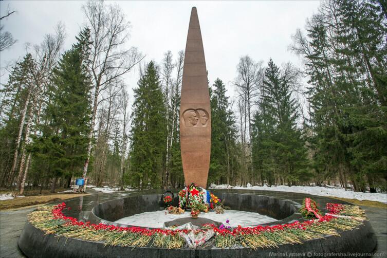 Кенотаф-стела на месте гибели Юрия Гагарина