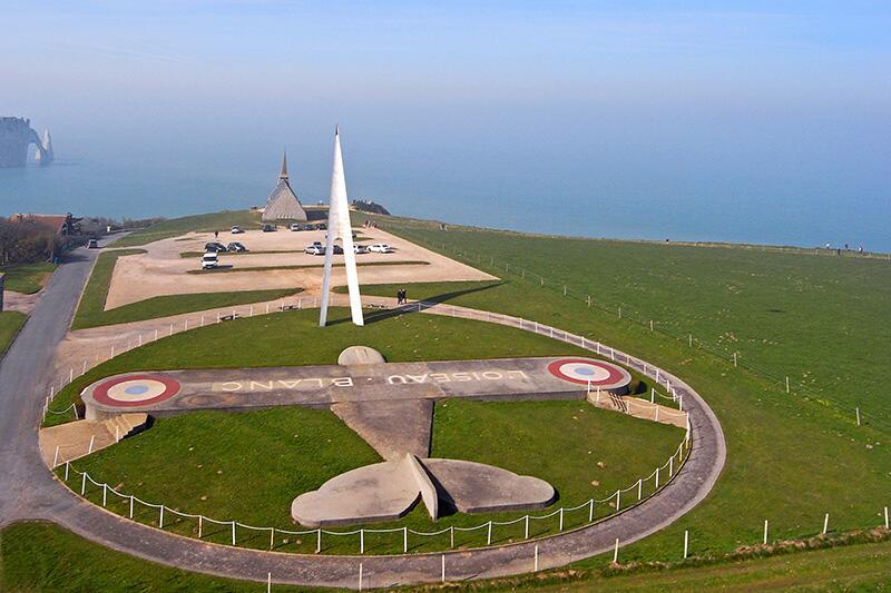 Памятник-кенотаф двум отважным летчикам — Шарлю Нэнжессеру и Франсуа Коли