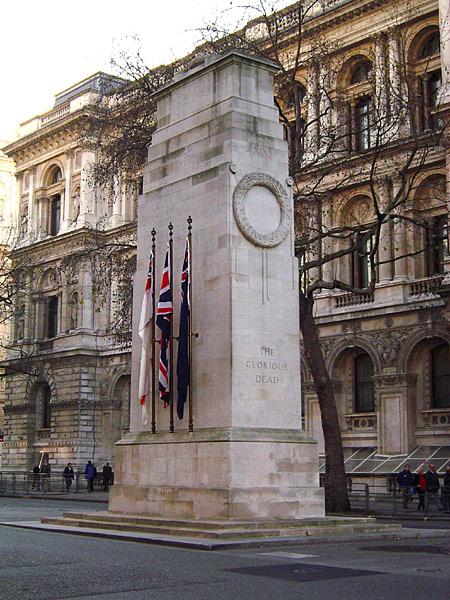 Кенотаф, Уайтхолл, Лондон. Посвящён британцам, погибшим в Первой мировой войне. Архитектор — Эдвин Лаченс