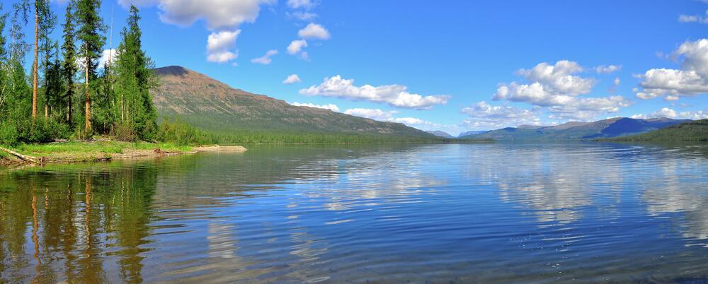 Панорама горного озера на плато Путорана
