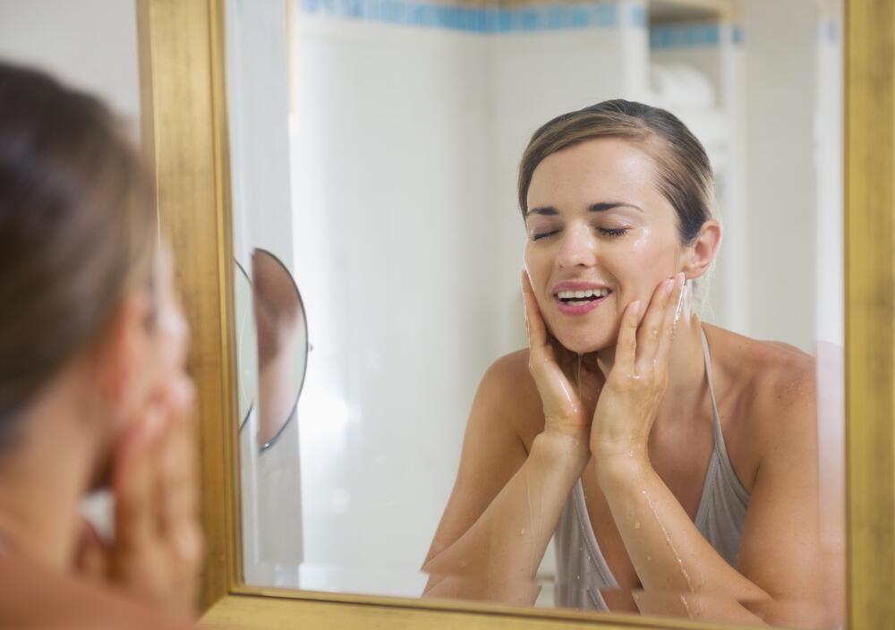 Каждый раз после очищения ополаскивайте лицо большим количеством воды