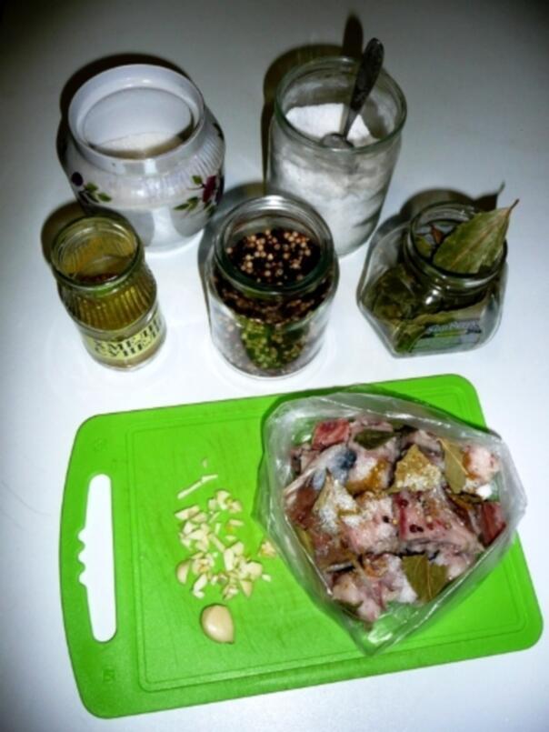 Укладка порций в полиэтиленовый кулёк и специи, необходимые для засолки