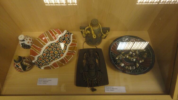 Керамика А. Белоусова. Декоративные тарелка и сосуды, плакетка. Серия Африка