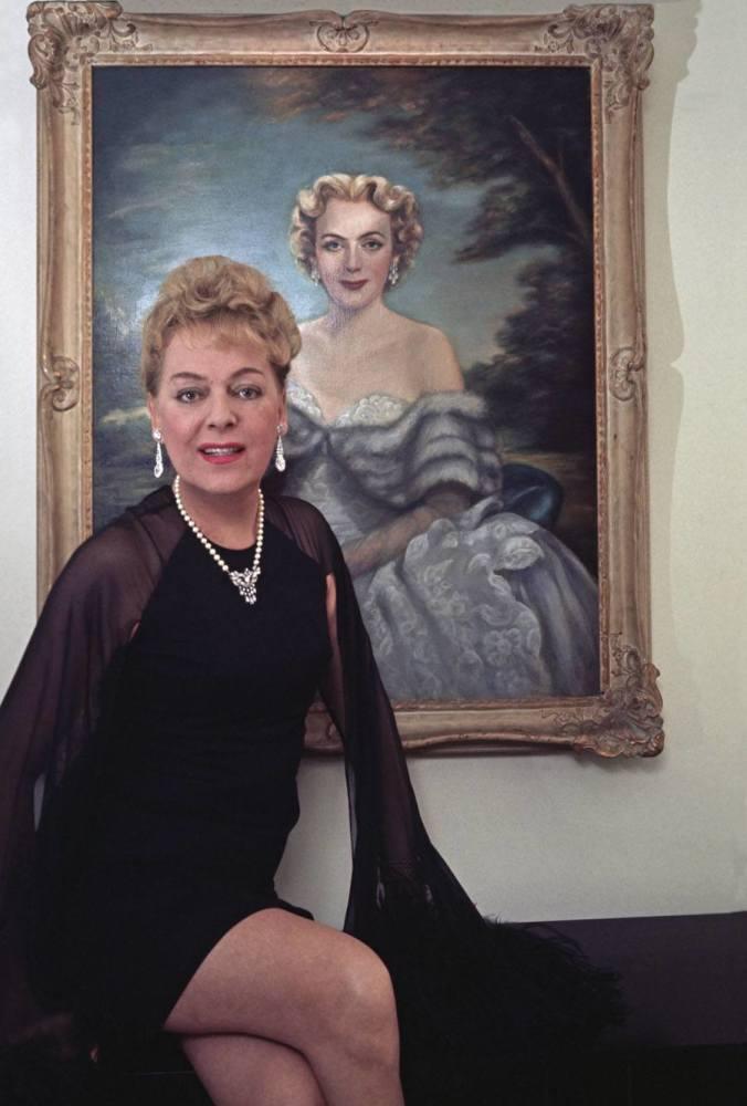 Кристина Йоргенсен на фоне своего портрета