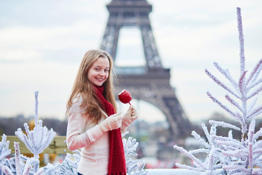 Парижанка лакомится карамельным яблоком