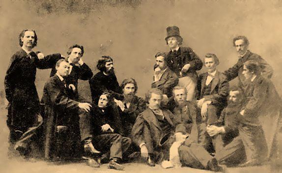 Слева направо: Б.Б. Вениг, Ф.С. Журавлев, А.И. Морозов, И.Н. Крамской, К.В. Лемох, А.Д. Литовченко, К.Е. Маковский, Н.Д. Дмитриев, Н.П. Петров (стоит), В.П.Кретайн, М.И. Песков, Н.С. Шустов, А.И. Корзухин, А.К. Григорьев.