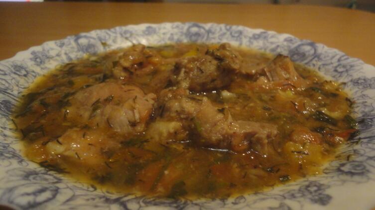 В Грузии чашушули едят без гарнира. Только мясо и соус, в который макают лаваш