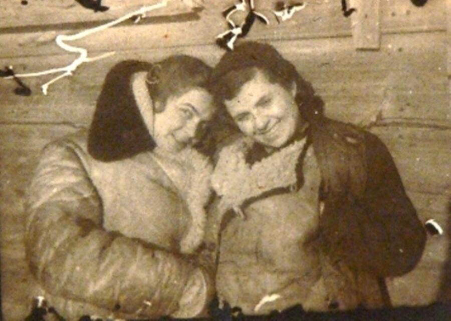 Ориентировочно декабрь 1942 - январь 1943 г. г. Гарина М.О с подругой - певицей ансамбля на хуторе Вертячий Сталинградской обл.