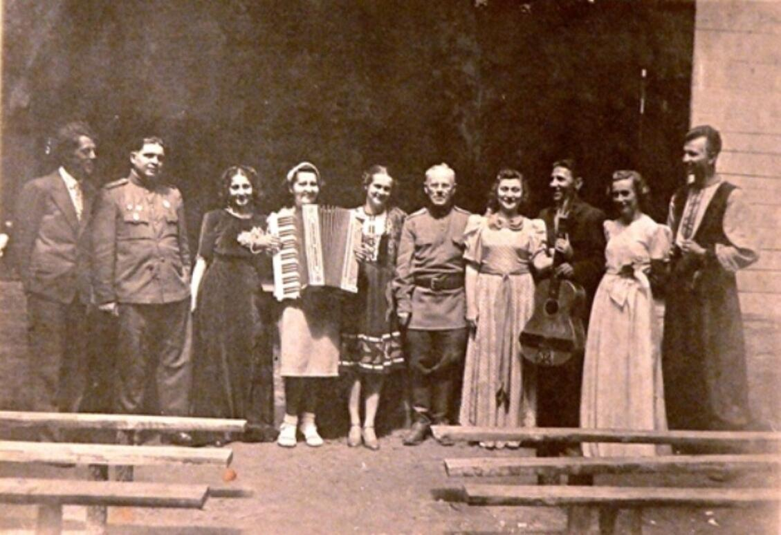 Октябрь 1942 г. Фронтовая воронежская артистическая бригада. По центру балерина Гарина Марианна Оскаровна