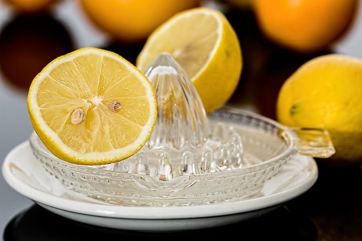 Лимонный сок обладает отбеливающими свойствами