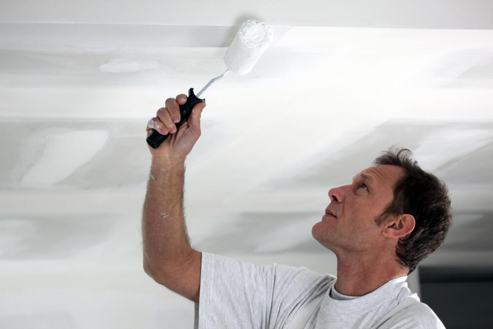 Потолок лучше красить в хорошем расположении духа