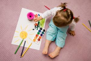 Чтобы нарисовать картину в технике монотипии понадобятся краски, вода, бумага и лист стекла или пластика.