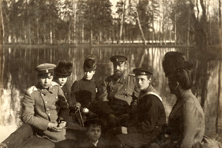 Императорская чета с детьми Николаем, Георгием, Михаилом и Ксенией на лодке