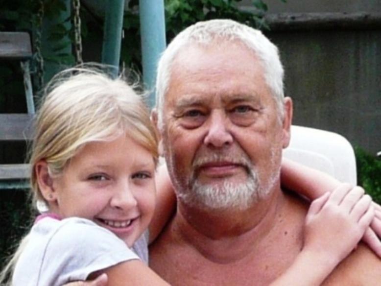 дедушка моит внучку в ваной