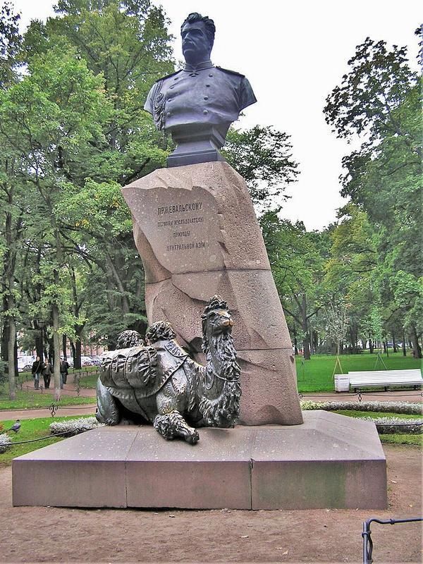 Памятник Пржевальскому в Александровском саду.