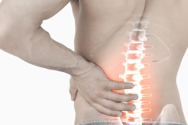Частая причина боли в пояснице — физическая перегрузка, которая может возникать в результате неправильно выполняемых упражнений